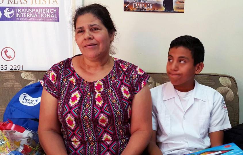 Doña Amada junto a su nieto Osman.